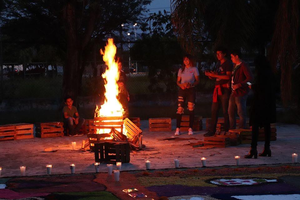 Jóvenes Celayenses celebran el Día de Muertos.